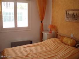 Slaapkamer met 2-pers bed en ingebouwde spiegelkast