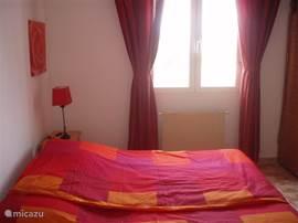 2de slaapkamer v.v. 2-pers. bed en ingebouwde kasten