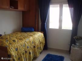 3de slaapkamer met 2 enkele bedden en opbergkasten