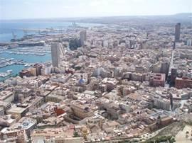 Alicante stad met de haven, gezien vanaf Castillo Santa-Barbara.