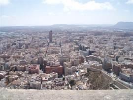 De grote stad Alicante, hier is van alles te doen en mee te maken. Het leven bruist hier van 's-ochtends vroeg tot 's-avonds laat.
