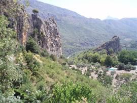Ook Guadalest met het prachtige stuwmeer, watervallen en cactustuinen is een bezoek meer dan waard.