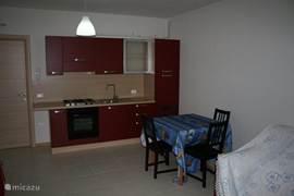 De open keuken in de woonkamer, geheel nieuw en alles om lekker te koken is er aanwezig...je moet wel zelf achter de pannen staan!
