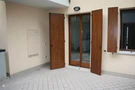 Het zeer ruime terras aan de achterzijde van het appartement (ca 25m2) ....Lekker veel privé ruimte om een echt lekker buiten te zitten!