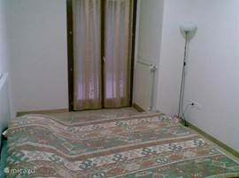 Er is 1 ruime slaapkamer heeft een groot dubbel bed + nog een stapelbed voor de kinderen.  Verder staan er in de grote woonkamer ook nog twee 3-persoons slaapsofa's (die beide in een dubbel bed omgetoverd kunnen worden).