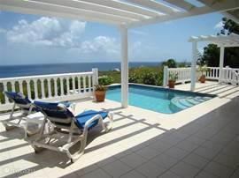 Las Verandas villa's zijn luxueus ingerichte gelijkvloerse woningen met een zeer ruime porch en zonnedeck en eigen privé zwembad, en met een fantastisch panoramische uitzicht op zee.