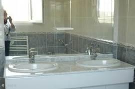 Er is nog een badkamer met douche en ook een badmeubel