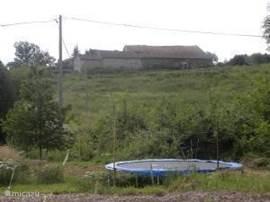 Het huis staat als 4de huis aan een weggetje en heeft aan 3 zijden prachtige uitzichten. Aan de zijkant kijk je uit op een echte oude franse boederij. In de tuin staat een grote trampoline.
