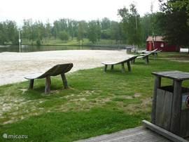Aan het meer is een zandstrand. In de zomer is er bewaking aanwezig. Ook is er een klein restaurant waar je kunt eten en een tent voor snacks etc.