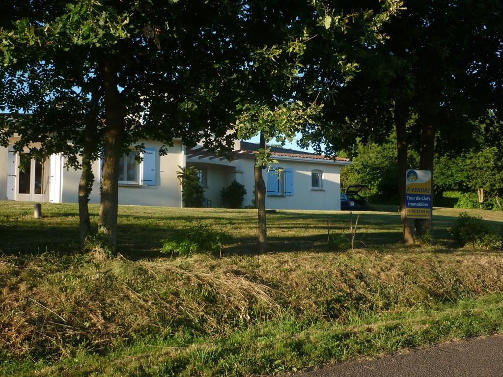 Ons mooie huis, (geschikt  om opa en oma een keer mee te nemen)  met 2 badkamers en 2 wc's is nog enkele weken beschikbaar. Tegen een lage prijs