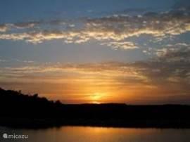 Uitzicht vanaf het terras met spectaculaire zonsondergangen