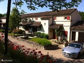 Het huis aan de voorzijde met prive oprit gelegen aan een cul de sac Tevens met ruim terras.