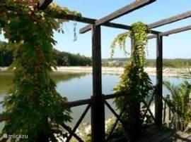 Gedeelte van het terras aan het meer