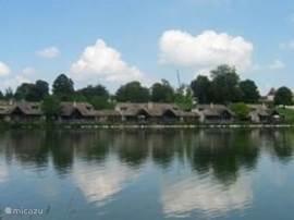 De woning gezien vanaf het meer
