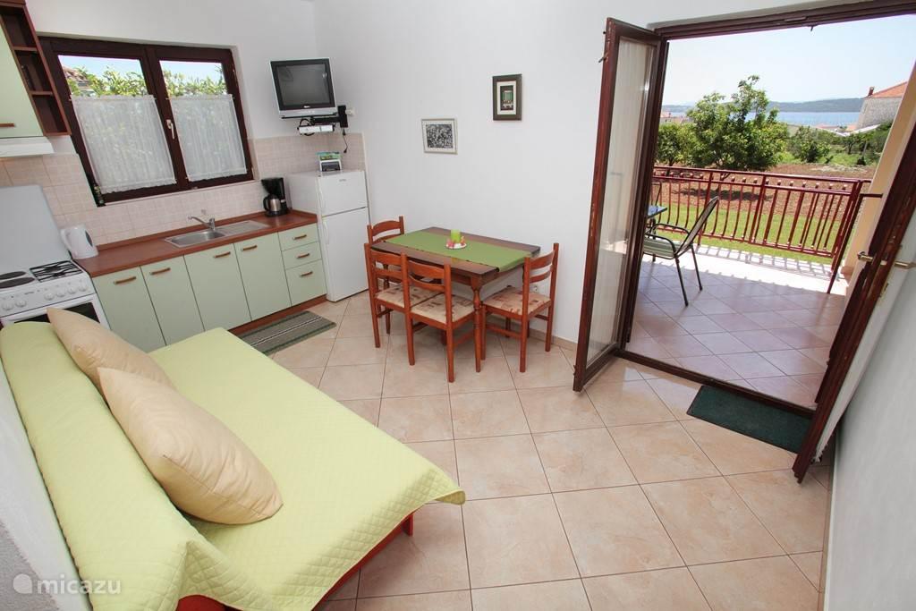keuken en woonkamer met prachtig uitzicht appartement nummer 2