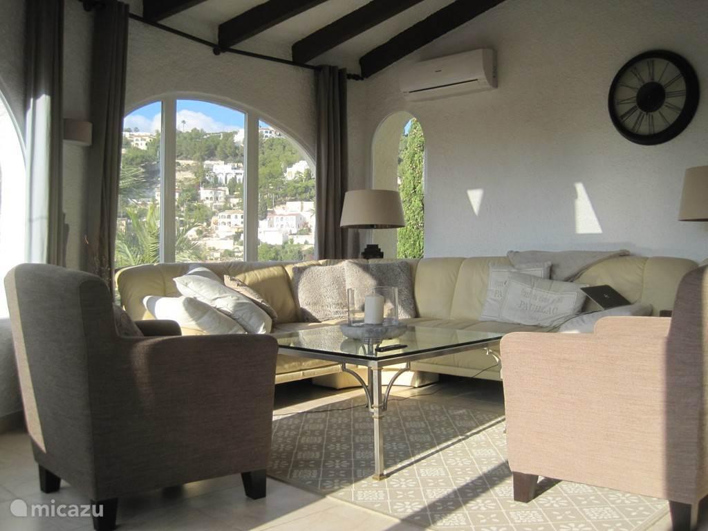 Ruime zonnige woonkamer aan de voorzijde