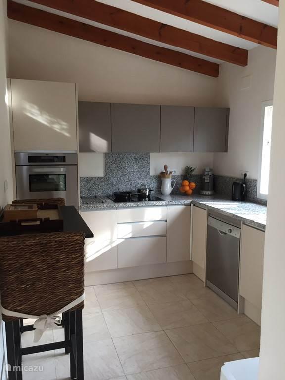 De nieuwe keuken voorzien met vaatwasser, keramische kookplaat, oven, magnetron en koel/vriescombinatie