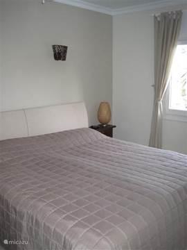 Een van de twee slaapkamers met voldoende kastruimte en airco warm/koud.
