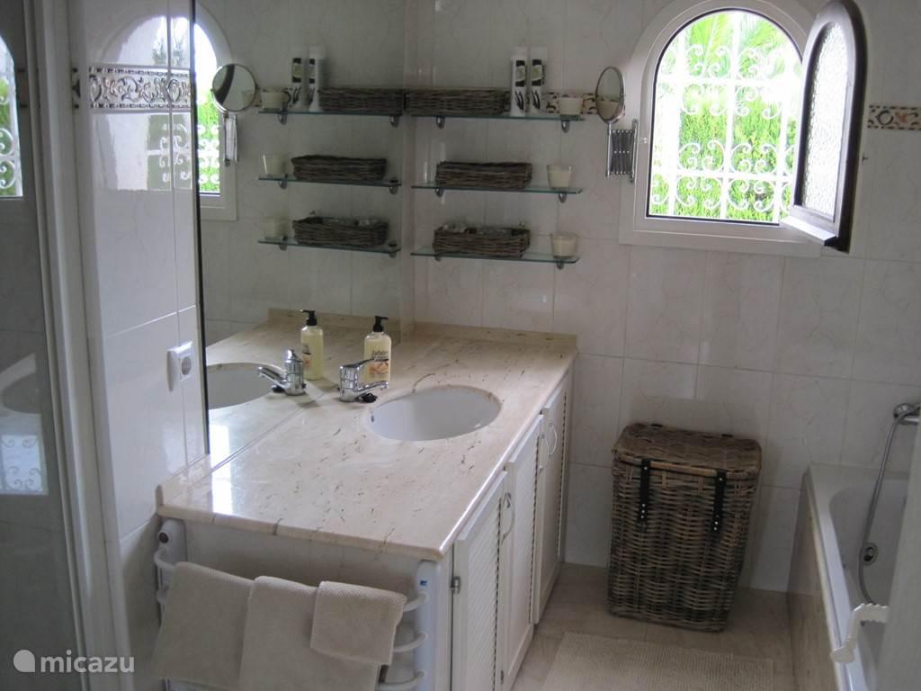 Badkamer met bad, douche, wastafel en 2e toilet