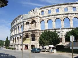 Pula. Het Colosseum is een van de grootste uit de Romeinse geschiedenis. het wordt ook nu nog gebruikt voor o.a. concerten, zowel pop als klassiek.