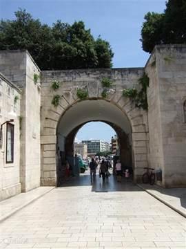 Zadar in Dalmatië is een paar uur rijden maar toont een monumentale stad als een vesting in zee. Volop Venetiaaanse invloeden. Door de Serviërs met kanonnen hevig beschoten maar grotendeel weer opgeknapt. Ook te zien zijn romeinse opgravingen en beelden uit die tijd.