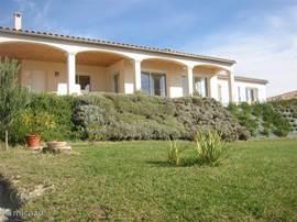 le Rossignol is een luxe en zeer complete villa met privezwembad en zonneterrassen.Het uitzicht vanaf het overdekte terras is fenomenaal.U kijkt over de wijngaarden tot aan de pyreneen. De luchthaven van Carcassonne ligt op 25 km afstand.