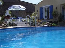Vrijstaande villa op 3000 m2 met maximale privacy. Keuken en woonkamer in een grote ruimte met doorloop naar de tuin met eigen zwembad van 6,5 x 4 meter en een zonneterras met vergezicht naar de bergen van de Montagne Noir.