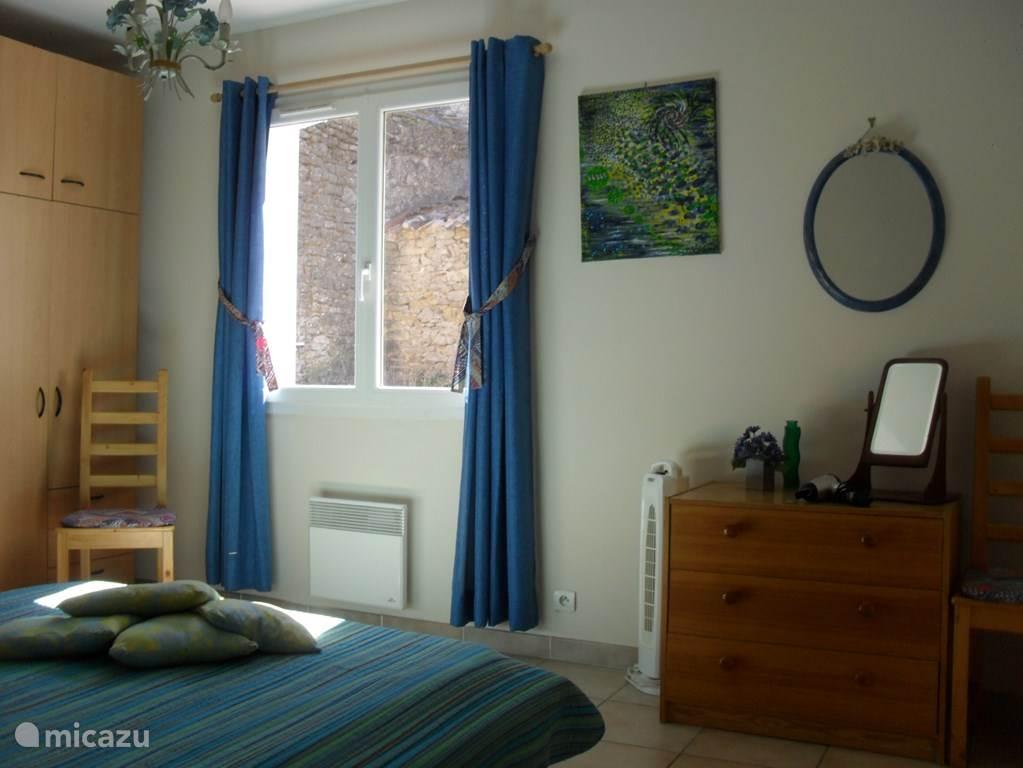 De blauwe slaapkamer met daaraan een prachtige badkamer met bad en douche. Heerlijk rustig slapen hierin.