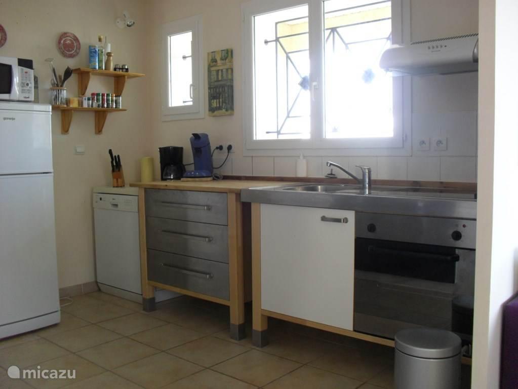 Een zeer ruime keuken waarin echt alles te vinden is. Servies en glazen zijn voor 6 personen. Inclusief afwasmachine.
