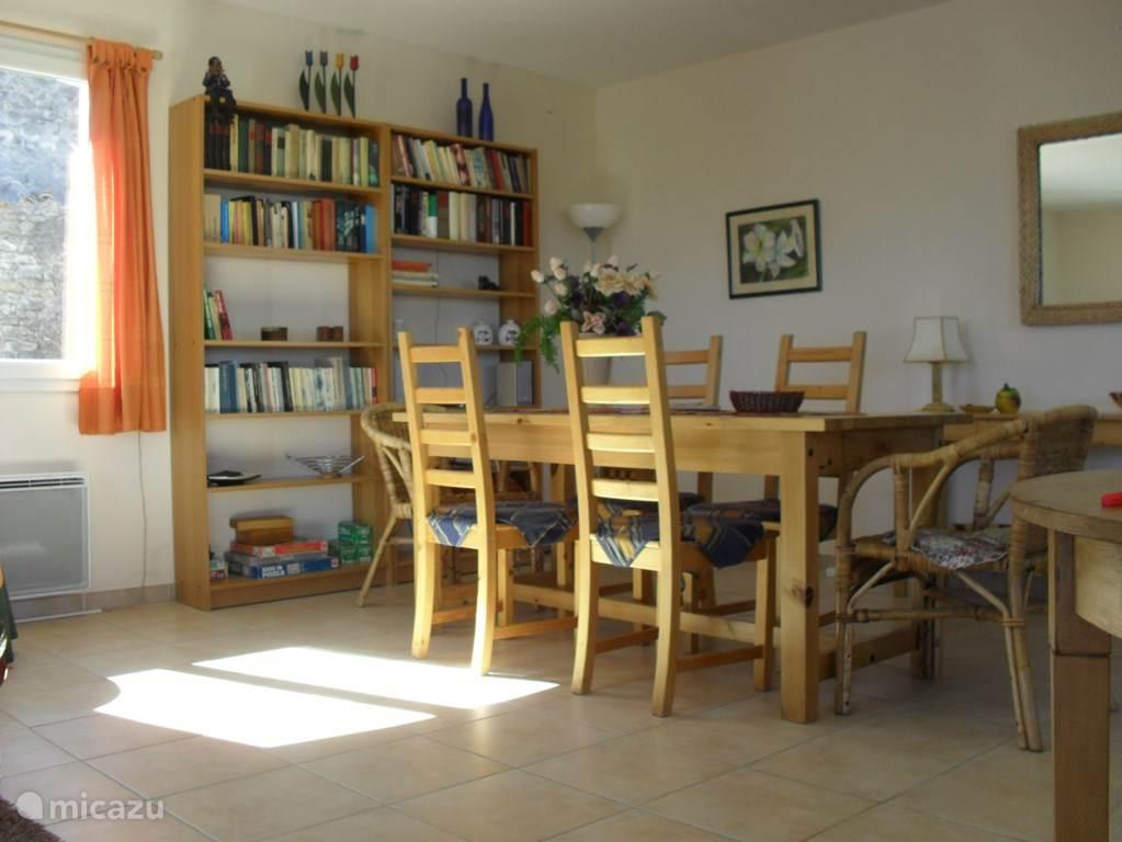 Nog een stukje van de huiskamer waar een royale eethoek staat voor 6 personen.