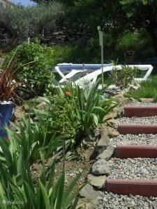 Trapje langs het zwembad naar beneden.