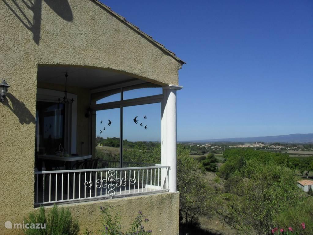 Zicht op het overdekte ontbijtterras met panoramaview op de bergen van de Montagne Noir.