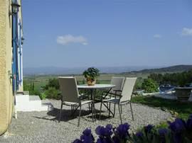 Ontbijt of barbeque terrasje met een geweldig uitzicht op het zwembad en de natuur.