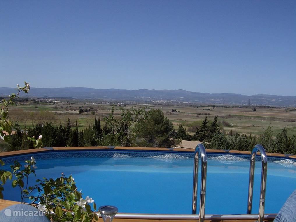 Prachtig helder zwembad dat s'avonds mooi verlicht is. Met ondergaande zon en een glaasje champagne?