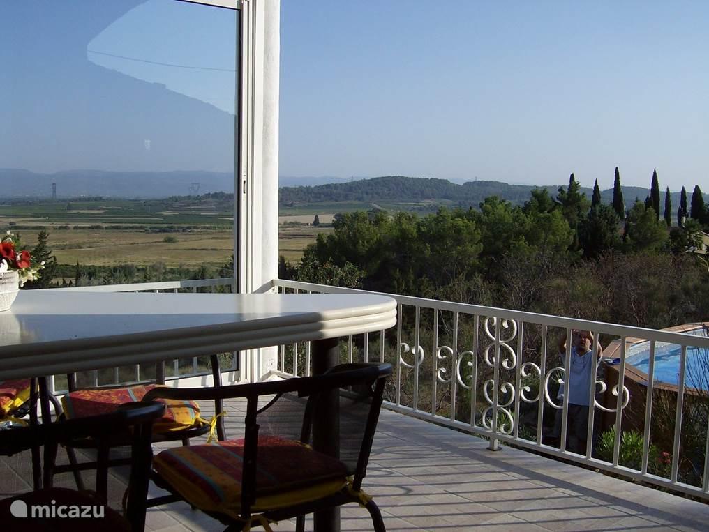Nog een terras. Aan één zijde met schuifpui zodat zelf te regelen is of je een beetje wind wil hebben.