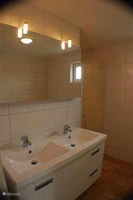 dubbele wastafel in badkamer en daarnaast ruime inloopdouche