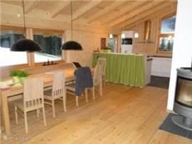 Modern ingerichte eetkamer en -keuken