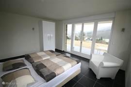 Vier ruime slaapkamers met in totaal 8 éénpersoonsbedden (2.20m) en één ledikantje. Twee slaapkamers zijn voorzien van openslaande deuren en grenzen aan het terras met grandioos uitzicht!