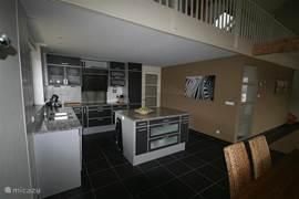 De openkeuken is voorzien van een vaatwasser, grote oven, natuurstenen werkbladen (op 1 meter hoogte), koelkast met vriesladen en een inductieplaat. Senseo en filter koffiezetapparaat aanwezig!