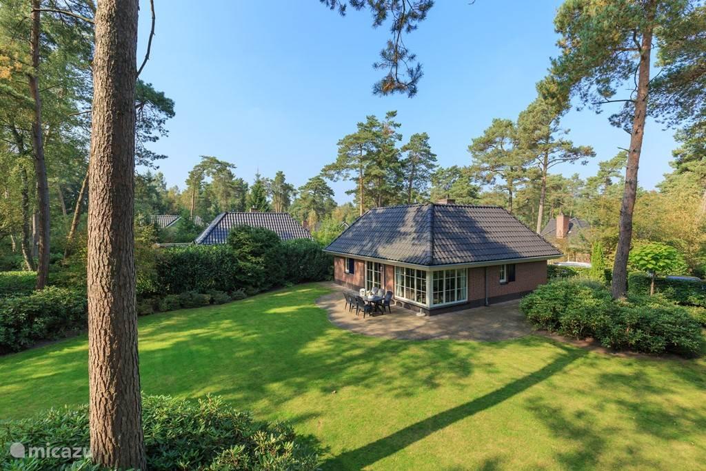 In een prachtige en bosrijke omgeving midden in de Veluwe vindt u deze prachtige luxe vakantievilla voor 8 pers. Van alle gemakken voorzien en omgeven door een buitengewoon ruime tuin direct grenzend aan het bos kunt u hier in alle rust verblijven en genieten.