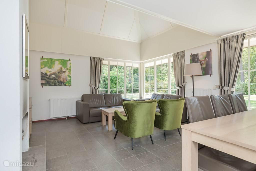 Aanzicht ruime woonkamer vanuit de gang. Direct zicht op het prachtige bos vanuit de woonkamer.