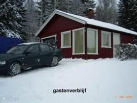 parkeerplaats en stuga/bijgebouw