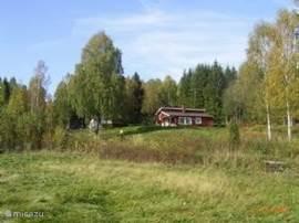 Van een wat grotere afstand wordt de vrije ligging van de villa duidelijk. Hoog liggend aan de bosrand. Het grasland zorgt voor een magnifiek uitzicht.