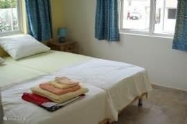 slaapkamer 2 ook met airco. Met uitstekende boxspring bedden.En een mooie hang/leg kast.