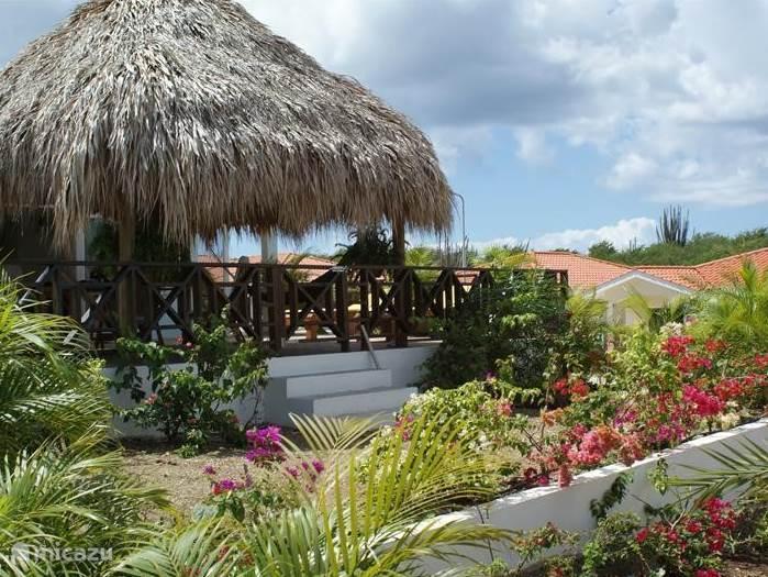Bloemen terras en zonne teras met palapa