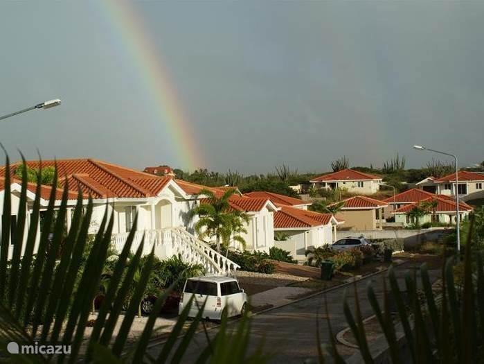 De regenboog gefotografeerd vanaf het terras