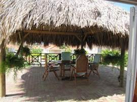 Het heerlijke op de wind liggende grote terras met de schaduw gevende Palapa. De hangmat is heerlijk om in te lezen of te dutten.