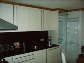 Luxe zeer complete keuken met eethoek. (koelkast, viezer, gasstel, oven magnetron, vaatwasser, 8 persoons bestek/borden, etc)