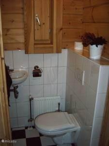 Het toilet in de hal op de begane grond.