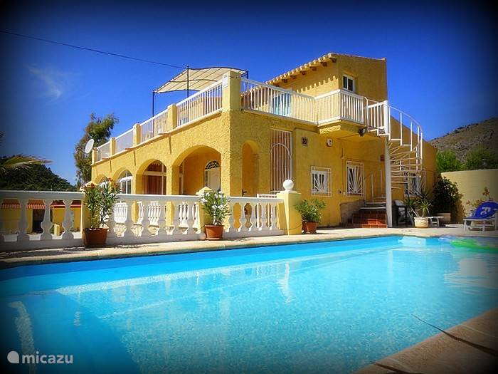 Boven het appartement met eigen opgang met groot terras en zeezicht en beneden het verkoelende zwembad,